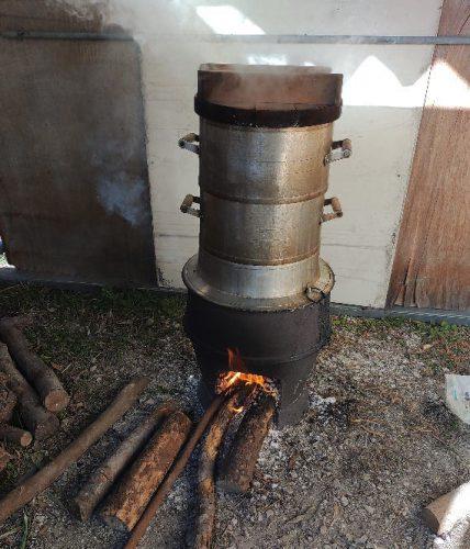 薪で蒸します。